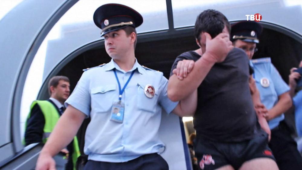 Видео драки пьяного дебошира с пассажиром на борту самолета Владивосток — Москва