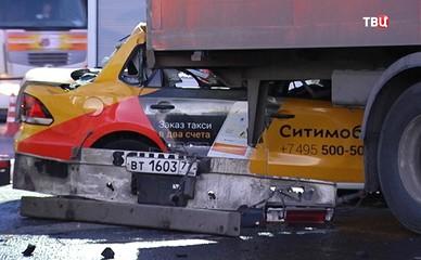 На МКАД произошло столкновение такси и фуры